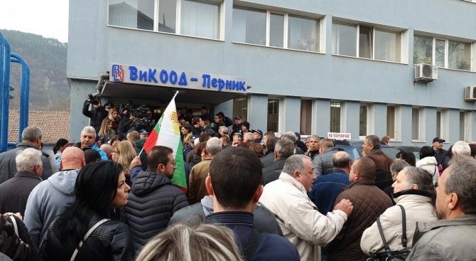 """Перничани се събират за протестно автошествие с въпроса """"Къде ни е водата?"""". Колоната ще тръгне в 11 часа. Арестът и оставката на министъра на околната..."""