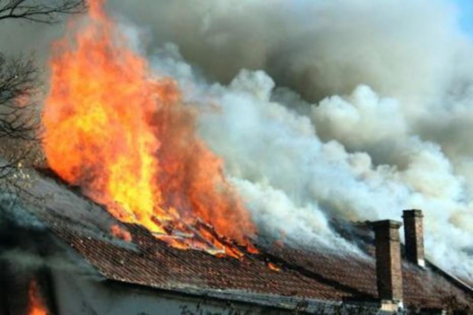 Късо съединение е причината за възникване на пожар в къща, собственост на 40-годишен жител на град Нова Загора. Сигналът е получен в 03,34 часа на 31 август,...