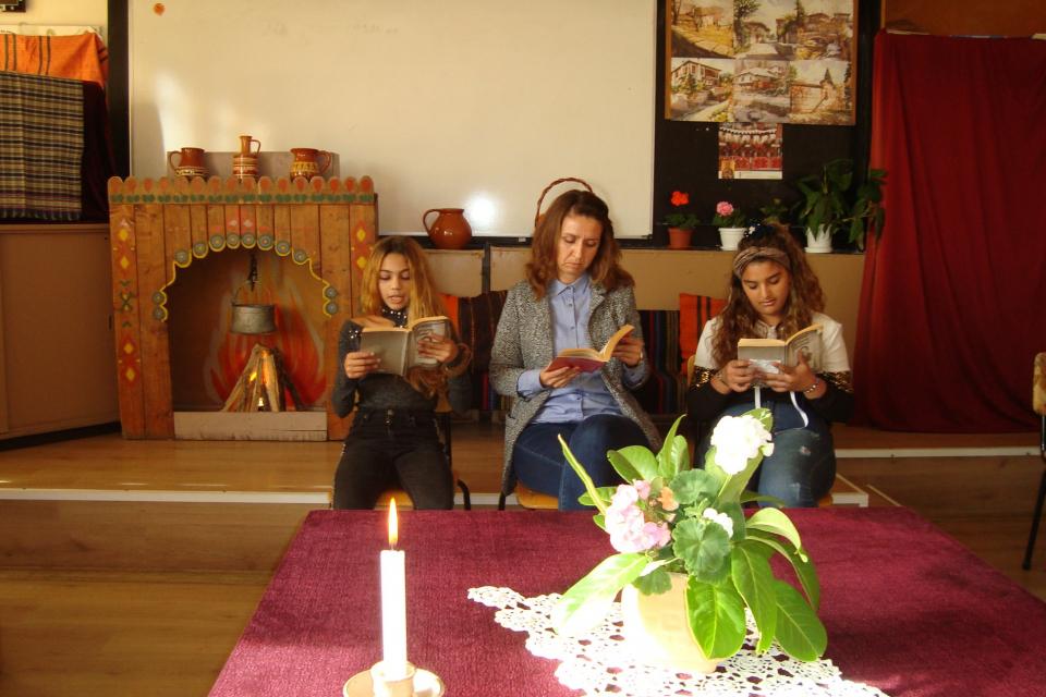"""В навечерието на рождения ден на Йордан Йовков ученици и учители """"гостуваха"""" на големия български писател, чието име носи нашето училище. Импровизираната..."""