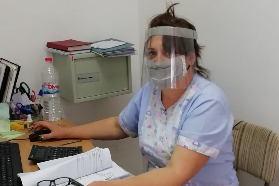С пълно оборудване от защитни облекла работи вече персоналът в Дома за стари хора в село Воден, община Болярово. На 16 април там получиха шлемове, очила...