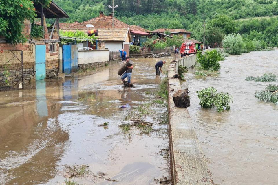 """При проливния дъжд в област Сливен са паднали до 60 литра на квадрат, екипи отстраняват авариите Екипи на """"Електроразпределение – Юг"""",РС """"Пожарна безопасност..."""