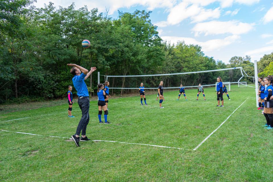 Нова волейболна мрежа вече е част от поетапното облагородяване на защитената местност Ормана край Ямбол. Своите умения във волейбола вече показаха момичетата...