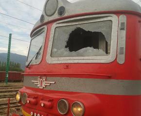 Машинист и помощникът му ранени от посегателство срещу влак