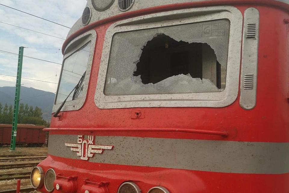 Бързият влак № 8601 от София за Бургас престоя в гара Септември 62 минути поради счупено челно стъкло на кабината на локомотива, научи 999 от БДЖ. При...
