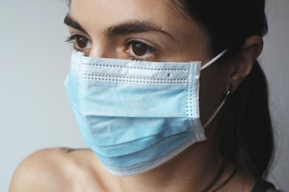 Всички противоепидемични мерки може да паднат още през следващия месец, носенето на маски на закрити обществени места обаче ще остане задължително за много...