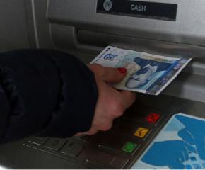 Медицинска сестра теглила пари от банкова карта на починал пациент