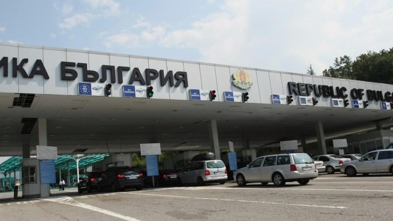 """Мерки за спиране на коронавируса започват да се въвеждат и по сухопътните граници на България. На граничния пункт """"Капитан Андреево"""" измерват температурата..."""