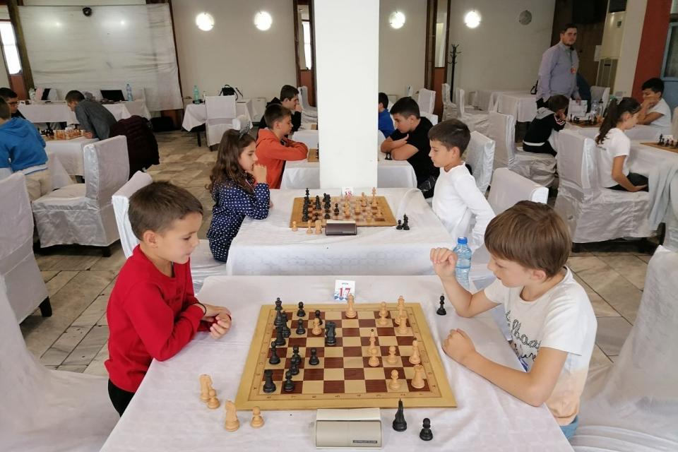 """XVIII Международен опен турнир по шах """"Сини камъни"""" се проведе в Сливен от 24 до 26 септември. Сред официалните гости на откриването беше зам.-кметът Пепа..."""