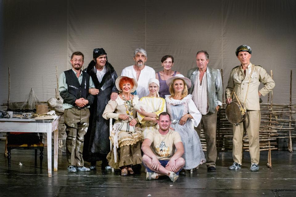 """Драматичен театър """"Невена Коканова"""" откри театралния сезон с нова премиера на възобновения спектакъл на """"Министрите идат"""" по разкази на Чудомир, съобщава..."""