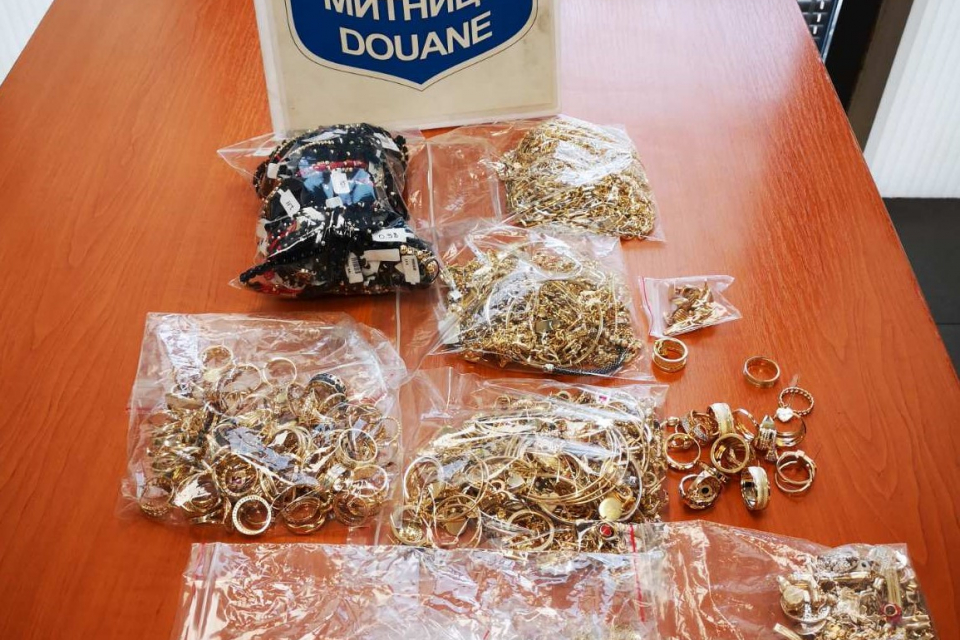 Недекларирани златни накити за над 54 000 лева откриха митническите служители при три проверки на пътници в леки автомобили на пункт Капитан Андреево,...