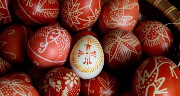 Преди Възкресение Христово винаги боядисваме яйца. И от малки знаем, че първото е червено. Но от къде идва традицията? Първото е почервеняло в ръцете на...