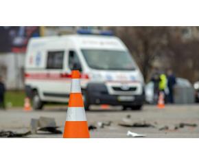 Млад шофьор блъсна линейка, като и отне предимството. Един медик е пострадал.