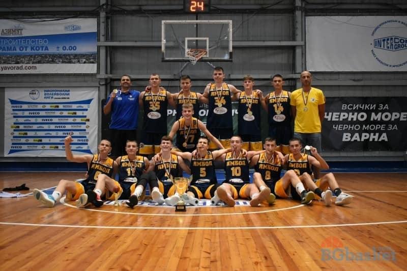 Вторият баскетболен отбор на Ямбол при мъжете с треньор Стойо Чолаков оглави класирането А група Юг с втора победа и четири точки, съобщава Делник. Днес...
