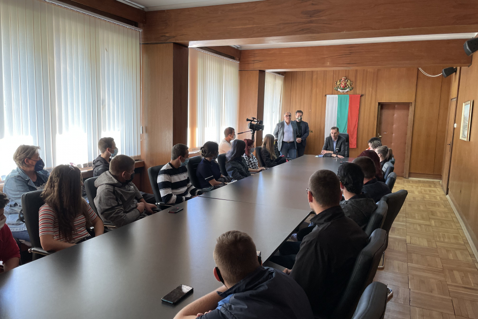 Учениците, които ще съставят Младежкия парламент в община Ямбол, обсъдиха вълнуващи ги проблеми с кмета Валентин Ревански. Младежите активно участваха...