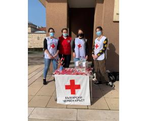 Млади червенокръстци организираха благотворителен базар