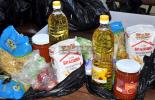 Млади червенокръстци от Ямбол даряват хранителни продукти на деца от социалнослаби семейства
