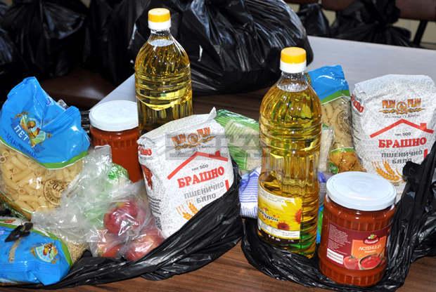 Доброволци на Българския младежки Червен кръст в Ямбол даряват пакети с хранителни продукти на деца от социалнослаби семейства в петте общини на Ямболска...