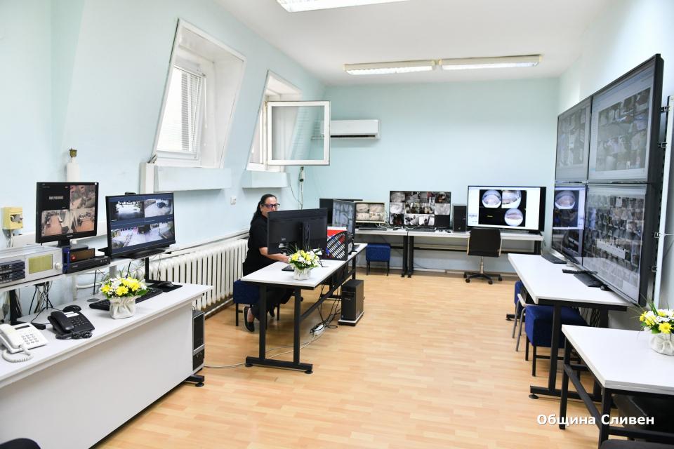Нов център за видеонаблюдение към Община Сливен беше официално открит днес. Кметът Стефан Радев заяви, че основната цел е повишаване сигурността на гражданите...