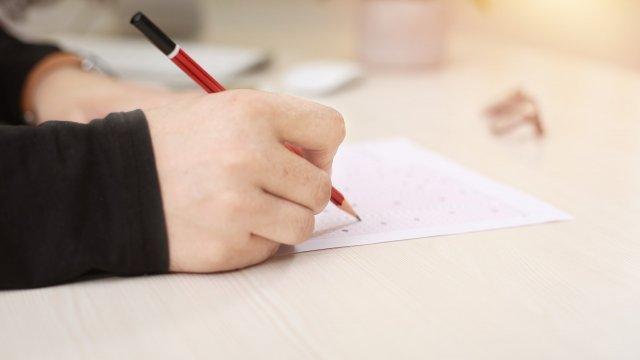 От Министерството на образованието съобщават за нарушения при провеждането на матурите по български език и литература след 4 клас, предава БНР. След проверка...