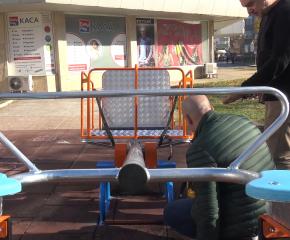 """В детския кът на улица """"Георги Раковски"""" беше монтирана люлка за деца с увреждания (ВИДЕО)"""