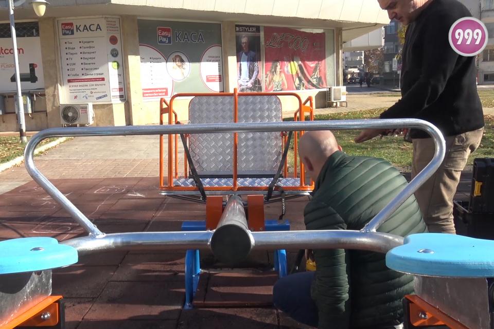 С грижа за децата с увреждания. Детският кът в центъра на Ямбол в близост до подлеза се разшири с още едно съоръжение. Днес бе монтирана люлка за деца...