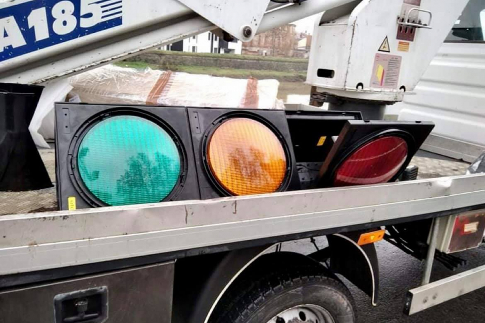 """По повод монтирането на новите светофарни секции на кръстовището до """"Ловен дом"""" в Ямбол светофарите днес ще бъдат изключени. Община Ямбол апелира водачите..."""