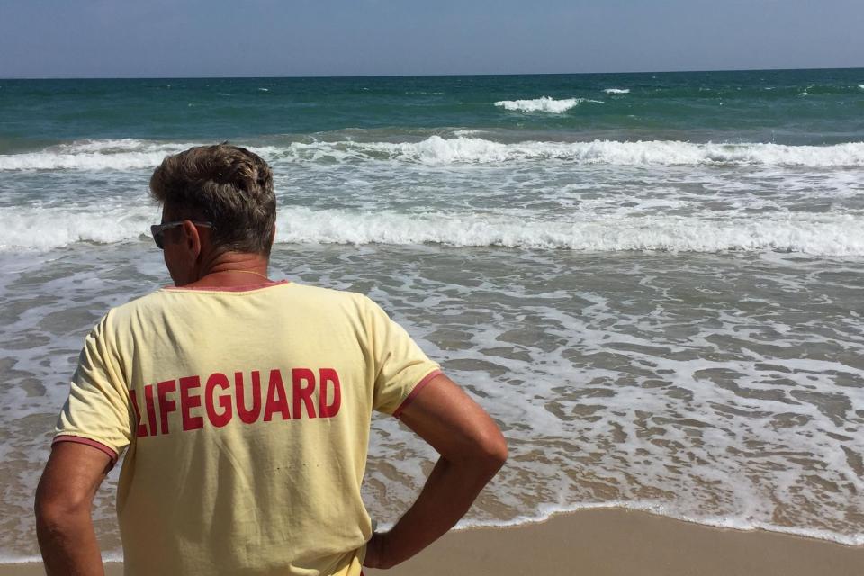 Спасителите по цялата крайбрежна ивица на Бургас, разполагат вече с модерна маска за обдишване на пострадали плажуващи, съобщи БНТ. Спасителят Петър Русев...