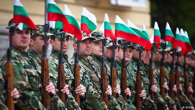 С 10 процента може да бъдат увеличени заплатите на военнослужещите. Това съобщи председателят на парламентарната комисия по отбрана генерал Константин...