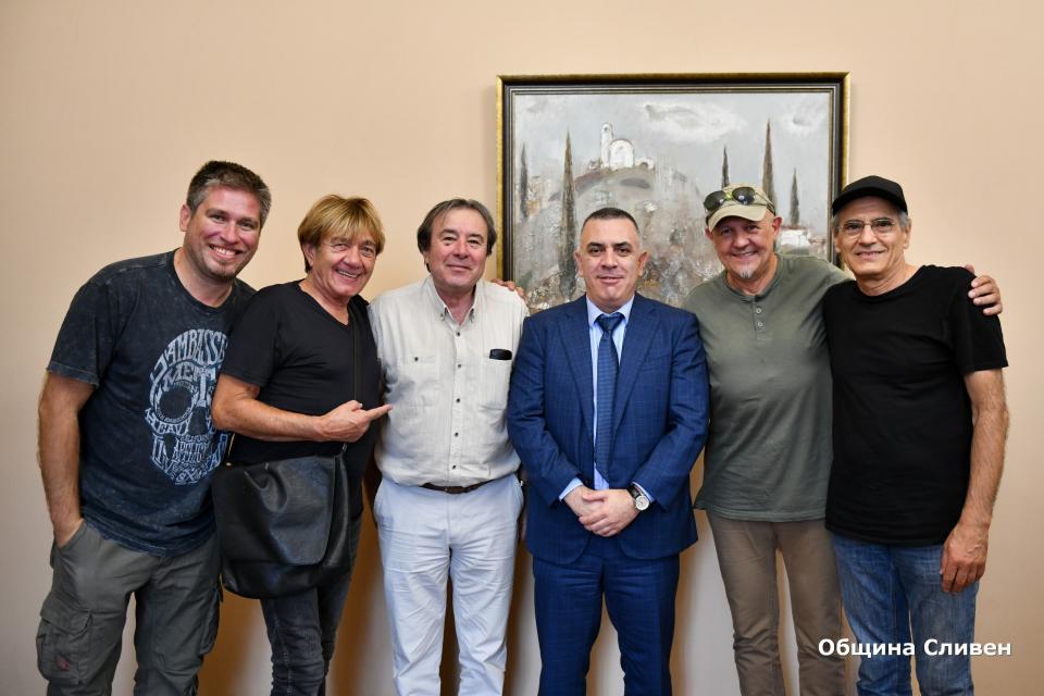 """Кметът Стефан Радев посрещна днес членовете на група """"Тангра"""". Те, заедно със Сливенския симфоничен оркестър, ще изнесат концерт тази вечер на сцената..."""