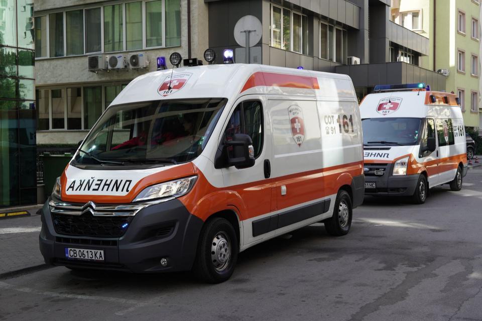 Болен от коронавирус издъхна в линейкаслед едночасов престой пред Инфекциозна клиника въвВарна. Става дума за мъж на 82-годишна възраст. Докато екип...