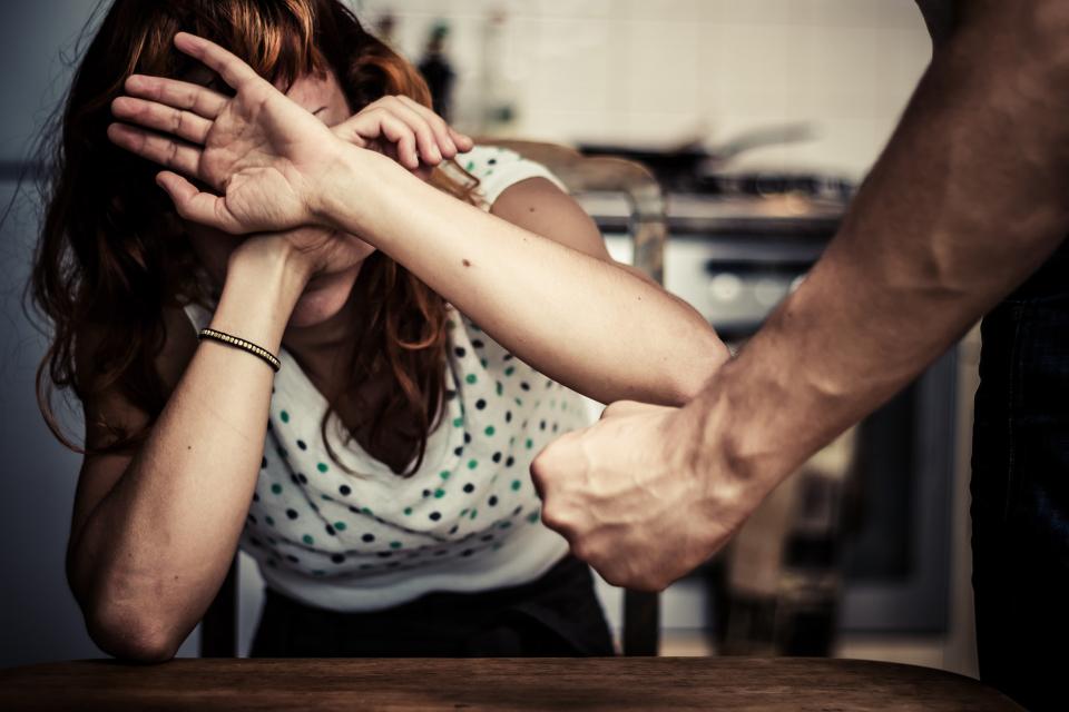 """32-годишен мъж е задържан от служители на участък """"Надежда"""" за домашно насилие. Сигналът е получен на 15 май, в 14,45 часа, от телефон 112, за семеен скандал..."""