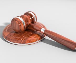 Мъж се изправя пред съда за убийство на мъж и опит за убийство на сина му