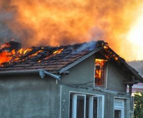 Мъж спаси своя съседка от горящата й къща, рискувайки собствения си живот