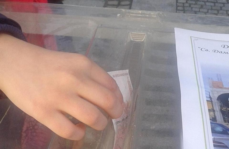 Поредна кражба на дарения. Мъж е влязъл в хранителен магазин във Варна и е задигнал кутия със събрани за болно момче пари, предава Нова. Камерата в магазина...