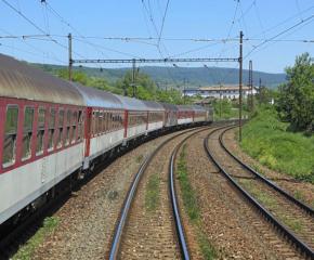 Мъж загина, след като влак премаза колата му на ЖП прелез