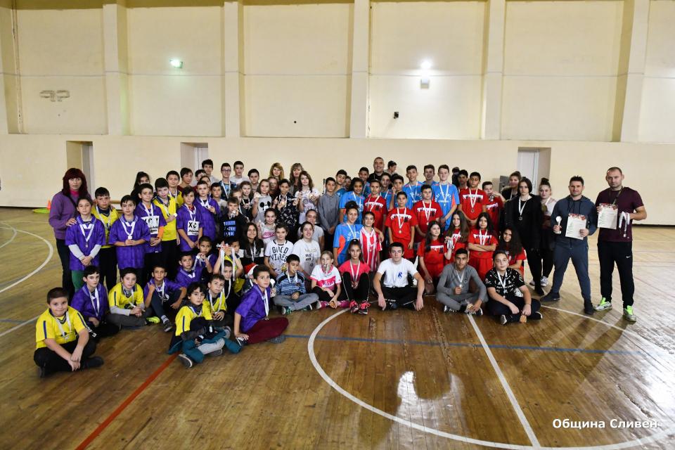 За втора година Местната комисия за борба срещу обществените прояви на малолетните и непълнолетните при Община Сливен организира спортен коледен турнир,...