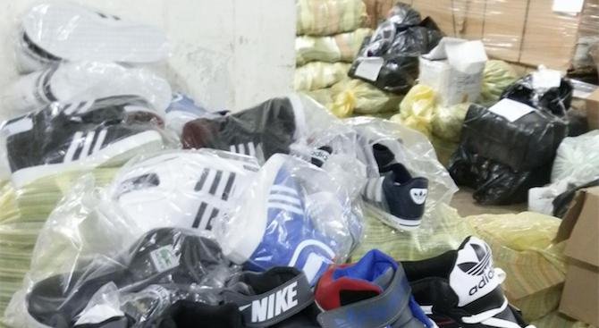"""Митническите служители на ГКПП """"Капитан Андреево"""" задържаха при два случая 10 262 текстилни изделия, спортни обувки и аксесоари със съмнения, че са произведени..."""