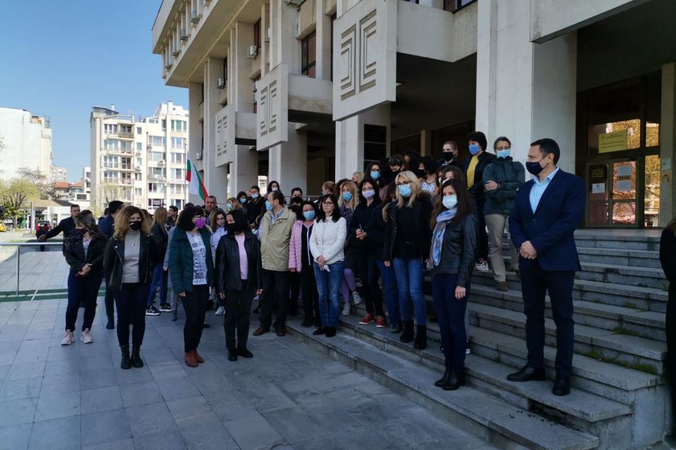 Над 150 прокурори, следователи и служители от целия Апелативен район – Бургас изразиха мълчаливо недоволството си от срещу опитите да бъде уязвена независимостта...