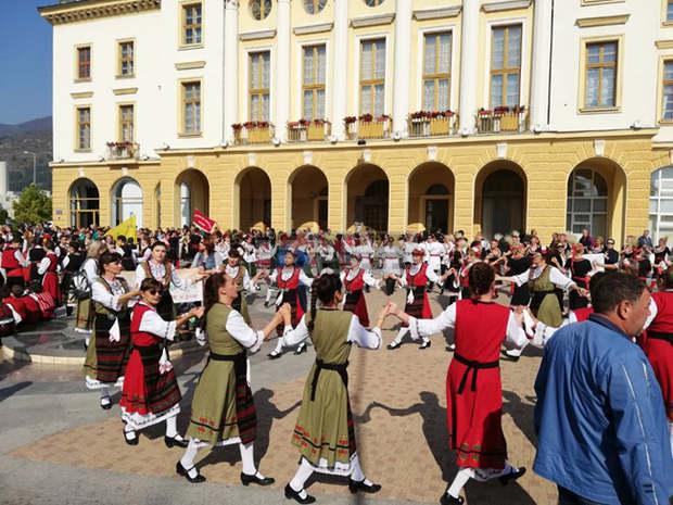 """Над 320 участници от 25 любителски танцови клуба се надиграват във фолклорния фестивал """"Приятели чрез танца"""" днес в Сливен. Това съобщи за БТА Минко Стефанов,..."""