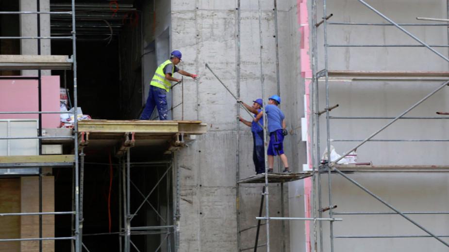Проучване на КНСБ показва, че към момента над 40 хиляди служители, заети в общо 72 големи и средни предприятия в страната, са засегнати от кризата, породена...