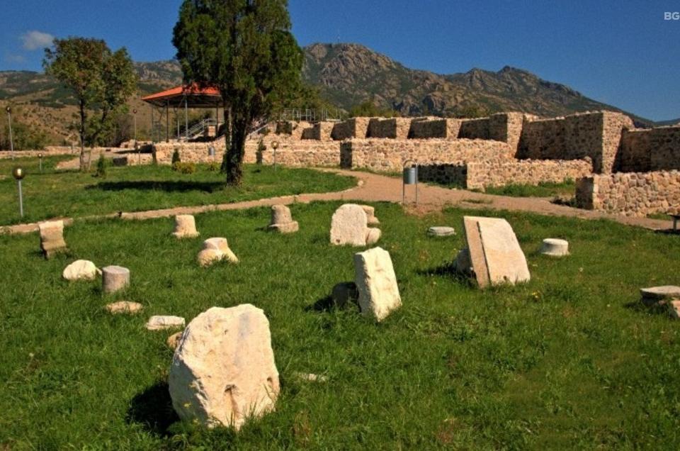 Над сто находки са били открити при археологически проучвания в крепостта Туида край Сливен през Археологически сезон - 2019 година. Това съобщи пред журналисти...
