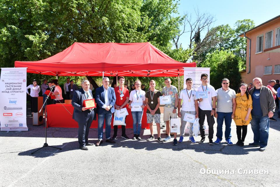"""Победителите от Националното състезание""""Най-добърмладстроител""""получиха наградите си от кмета Стефан Радев. В надпреварата се включиха близо 70 ученика..."""