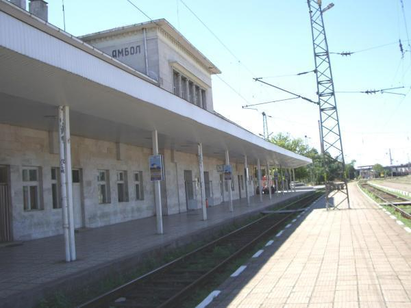 Изключително е намалял потокът на пътници и на железопътната гара в Ямбол, съобщиха за 999 от там. Пътуват по 1-2-ма, а има и влакове, в които въобще не...