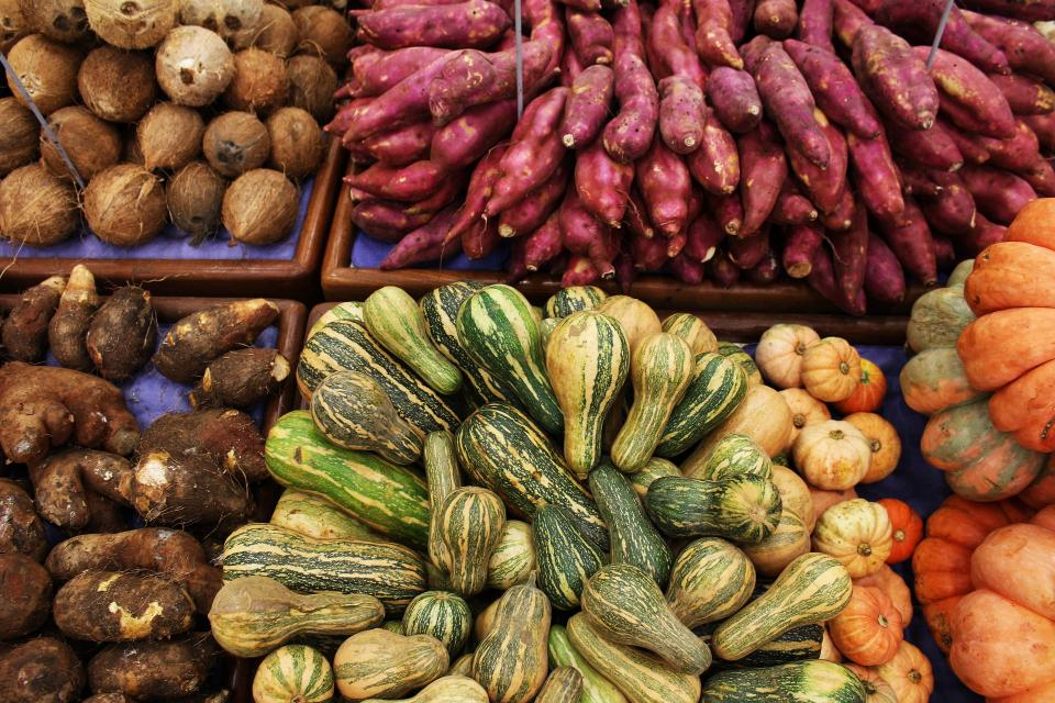 Проверките на най-големите борси за плодове и зеленчуци се модифицират, след като част от рисковите търговци са изнесли дейността си в околностите на тържищата....