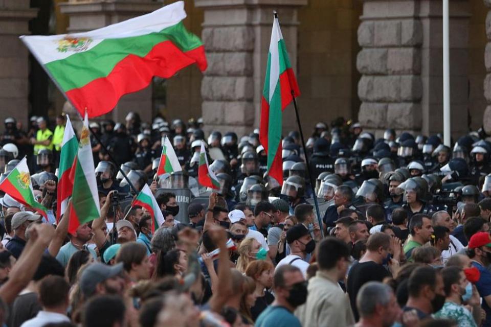 Хиляди протестиращи са на улицата. Те искат оставка на правителството. Жълтите павета в София дадоха старт на недоволството. Последваха ги хора в цялата...