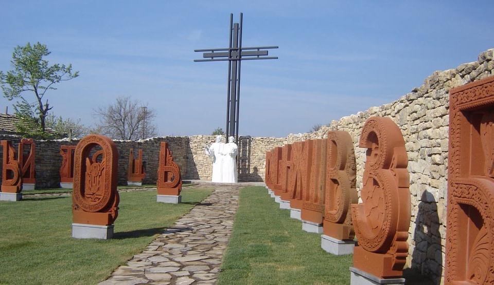 Граждански инициативен комитет настоява създателят на уникалния паметник на кирилицата в Плиска Карен Алексанян да получи българско гражданство, коментират...