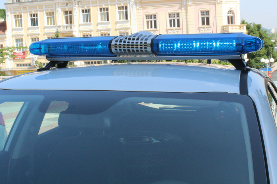 "Служители на РУ-Нова Загора работят по сигнал за причинени материални щети по лек автомобил ""Фолксваген Голф"". Автомобилът е собственост на 45-годишен..."
