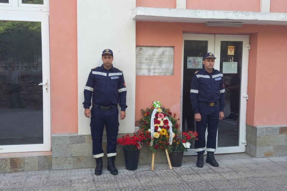 Днес се навършват 21 тодини от смъртта на младши-лейтенант Кръстьо Стоянов– служител на РСПБЗН-Пазарджик. Той загина по време на гасене на голям пожар...