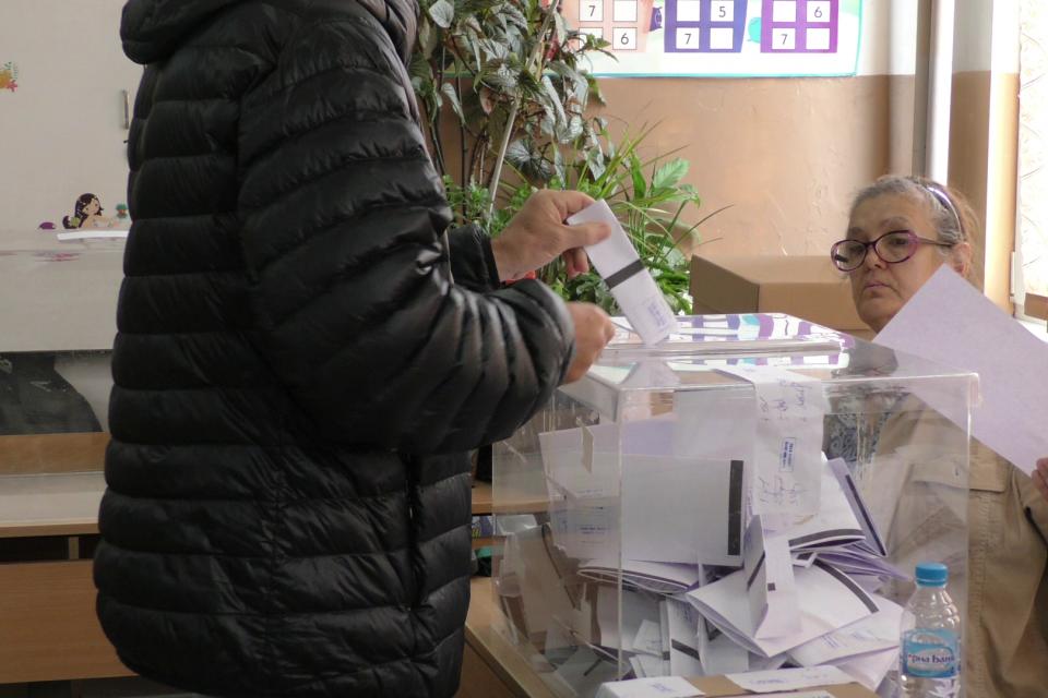 Без сериозни нарушения протича изборният ден до момента вЯмболска област. Избирателната активност в 5-те общини на областта се движи между 8 и 20 процента. Близо...