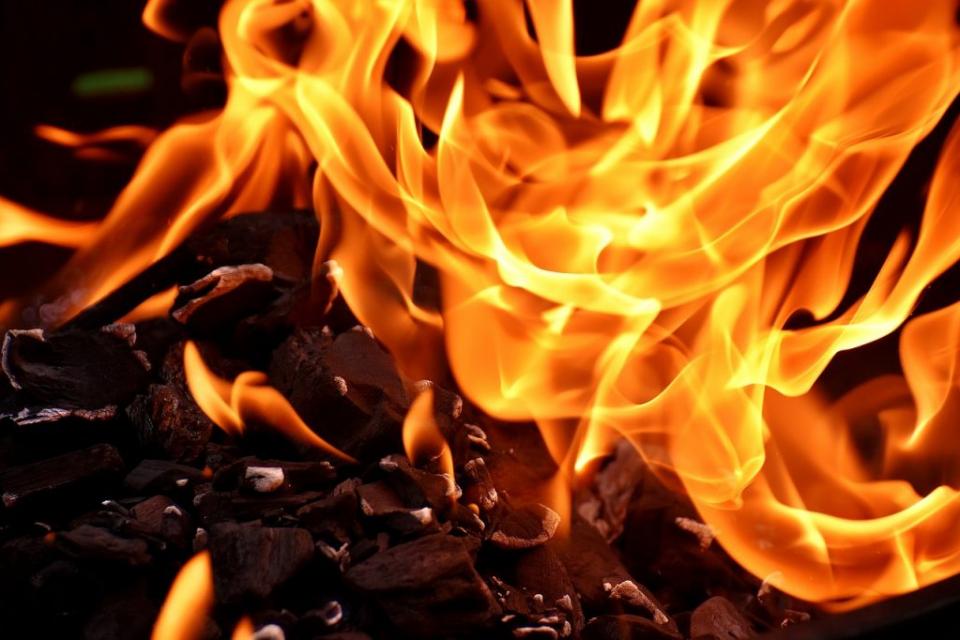 """Сливенски пожарникари и доброволци спасиха 7 къщи, пряко застрашени от пожар във вилна зона """"Батмиш"""" край Сливен. Сигналът е получен в 13,17 часа на 3..."""